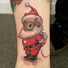 脚踝老鼠扮圣诞老人纹身图案