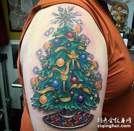大臂个性的圣诞树纹身图案
