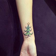 手腕可爱的圣诞树纹身图案