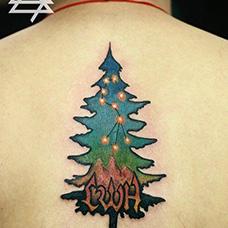 背部圣诞树纹身图案