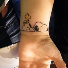 手腕可爱的史努比纹身图案