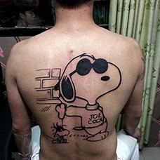 背部史努比纹身图片
