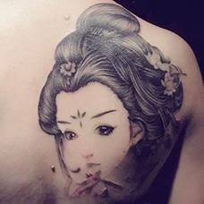 背部精美的仕女纹身图案