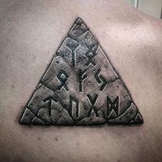 背部三角形石头纹身图案