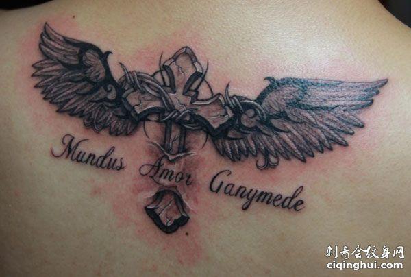 帅气十字架翅膀纹身图案
