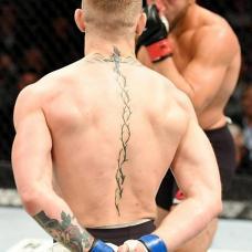 格斗拳手康纳背部十字架螺旋纹身