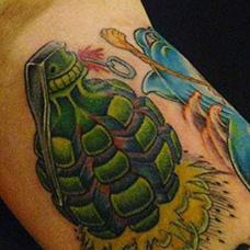 大臂绿色手雷纹身图案