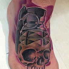 脚背骷髅手雷纹身图案