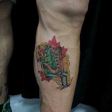 小腿绿色手雷纹身图案