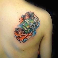 肩部绿色手雷纹身图案