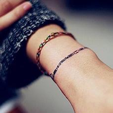 女生手腕逼真的手链纹身图案