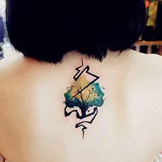 女生背部有创意的树纹身图案