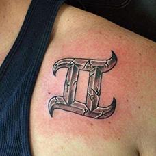 肩部石裂双子座纹身图案