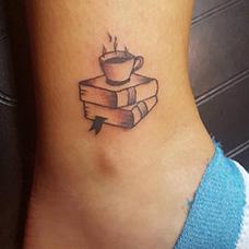 脚踝书本和咖啡纹身图案