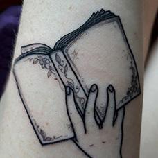 手臂翻开的书本纹身图案