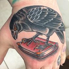 手背红色书本纹身图案