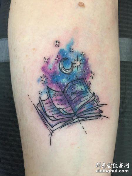 手臂水彩书本纹身图案