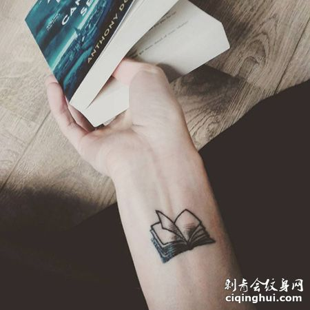 手腕翻开的书本纹身图片