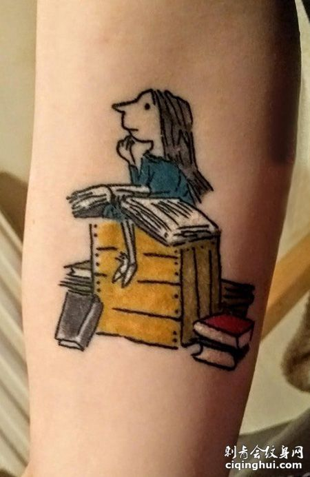 手臂看书的女孩纹身图案