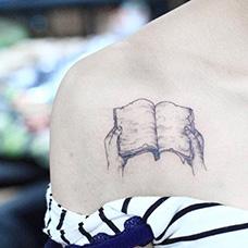 女生肩部书本纹身图案