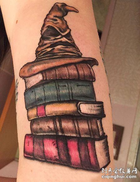 手臂魔法帽和书本纹身图案