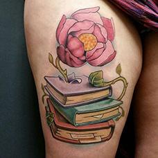大腿三本书本和花纹身图案