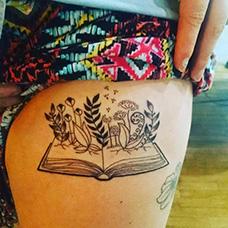 大腿长草的书本纹身图片