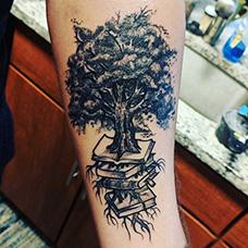 小臂有创意的书本和树纹身图案
