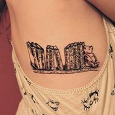 女生侧腰书本纹身图案