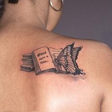 女生肩部书本和蝴蝶纹身图片