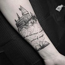手臂书本和教堂纹身图案