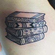 大腿四本书本纹身图案