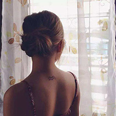女生肩部水瓶座纹身图案
