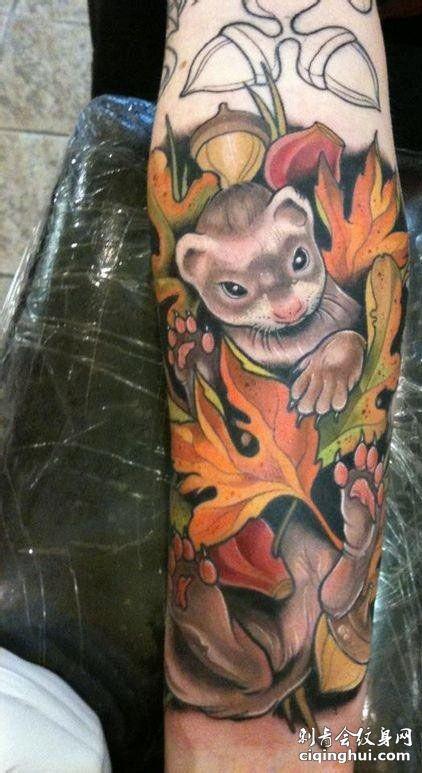 手臂叶子与松鼠纹身图案