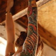 裸身美女花臂丝带花鸟纹身图案