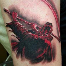 大臂上的红衣死神纹身图案