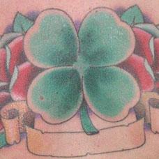胸部四叶草玫瑰纹身图案