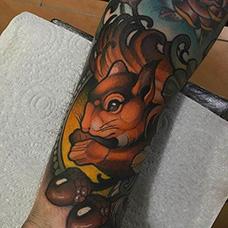 手臂精美的松鼠纹身图片