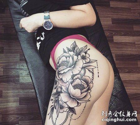 臀部素花纹身,性感的黑灰花朵纹身图案