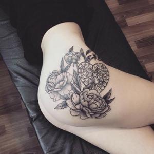 臀部锁纹身,性感的素花和心形锁纹身图案