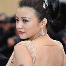 演员郝蕾左臂太阳纹身图案