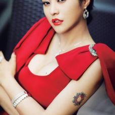 性感明星郝蕾手臂太阳图案纹身
