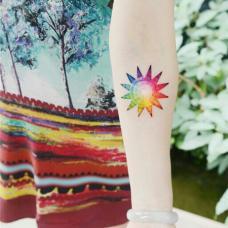 小清新美女手臂彩色太阳纹身