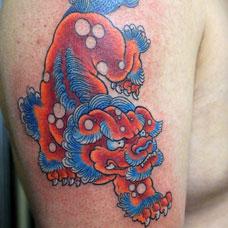 大臂小唐狮纹身图片