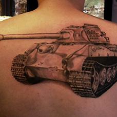 男士背部坦克纹身图案