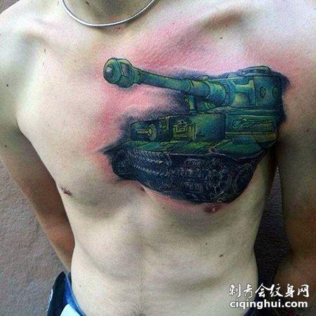胸前绿色的坦克纹身图案