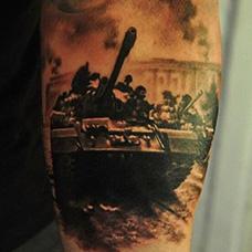 手臂帅气的坦克纹身图案