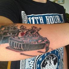 手臂两台坦克纹身图案