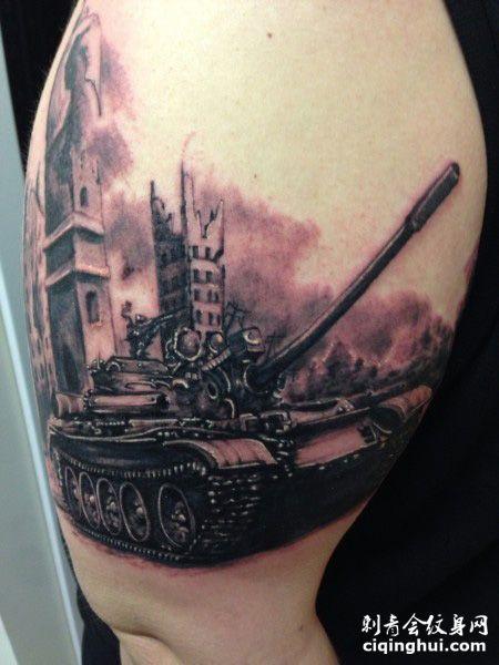 大臂霸气的坦克纹身图案