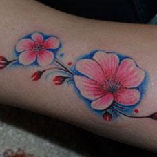 手臂上的桃花纹身图案